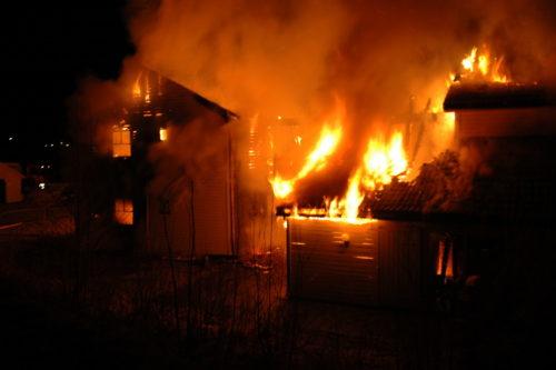Brand i radhus i Brobekkgata på Sundvollen i Hole. Sex boende blev hemlösa efter att radhuset med sex lägenheter blev totalskadade.